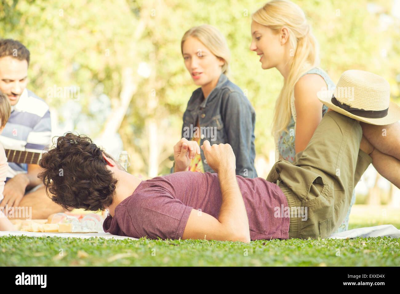 Hombre en un picnic con amigos Imagen De Stock