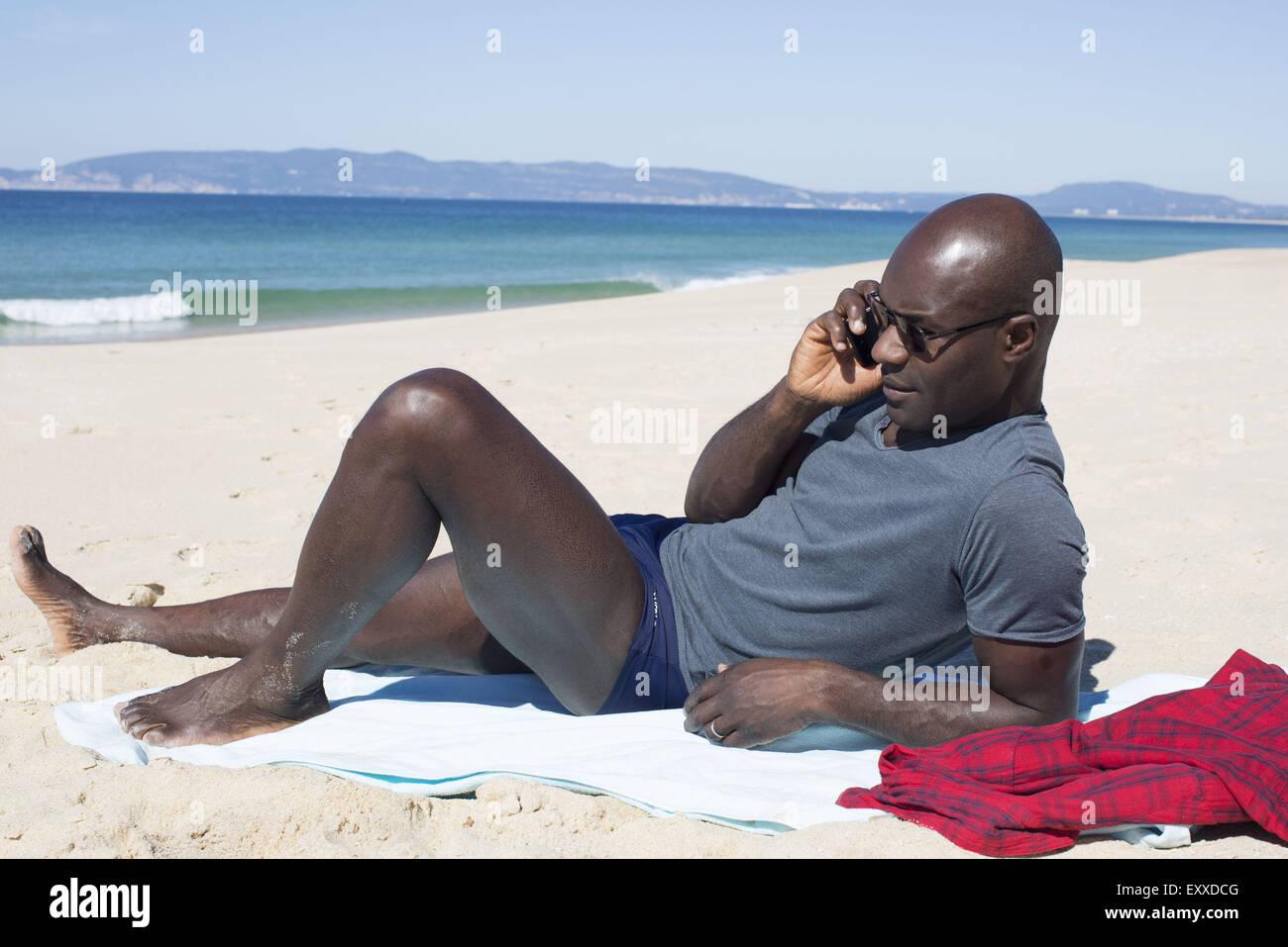 PlayaHablando Por Celular Teléfono Foto Hombre La En Tumbado XukiZP