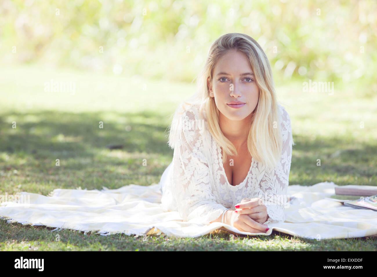 Mujer relajante en el parque Imagen De Stock