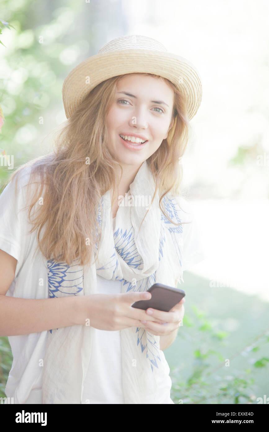 Mujer joven con smartphone, Retrato Foto de stock