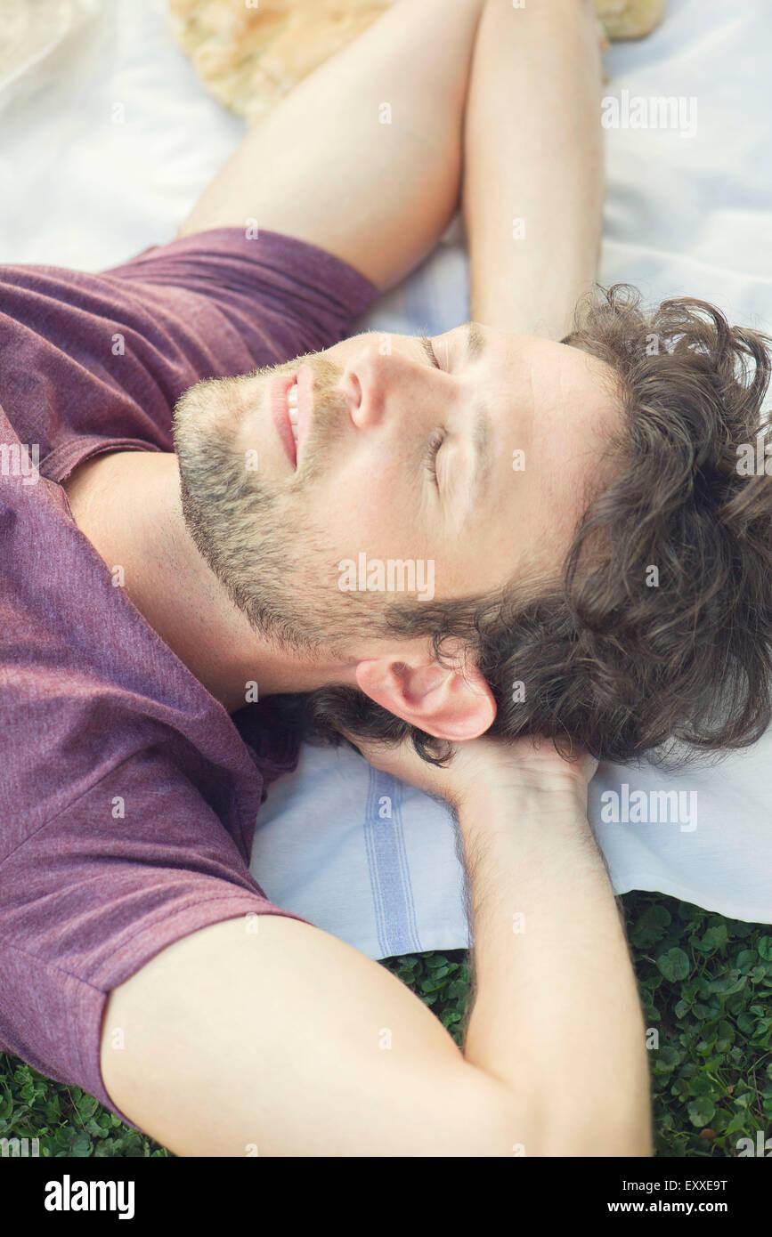 Hombre, una siesta al aire libre Imagen De Stock