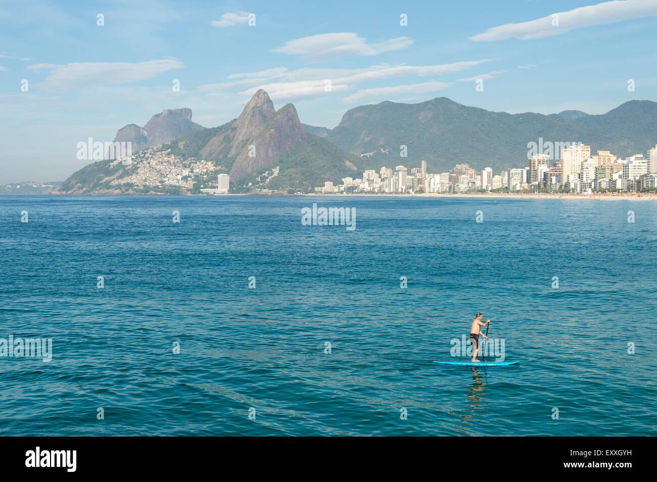 Río de Janeiro, Brasil - Marzo 22, 2015: un par de Stand Up Paddle entusiastas hacen su camino a lo largo del Imagen De Stock
