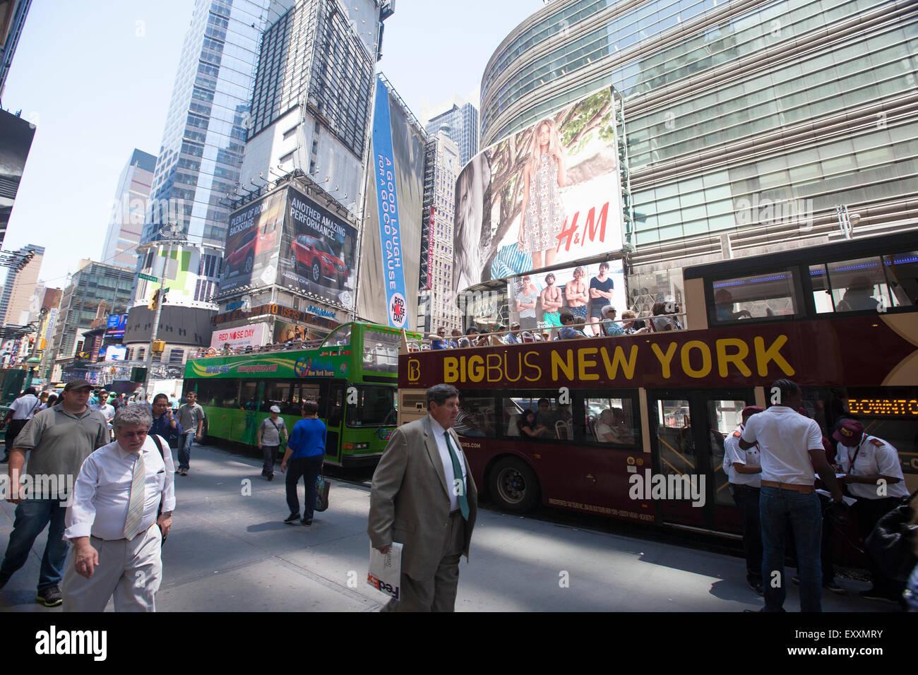 Nueva York - Mayo 29, 2015: Times Square, llena de gente y turistas. Más de 300 mil personas visitan esta plaza Imagen De Stock