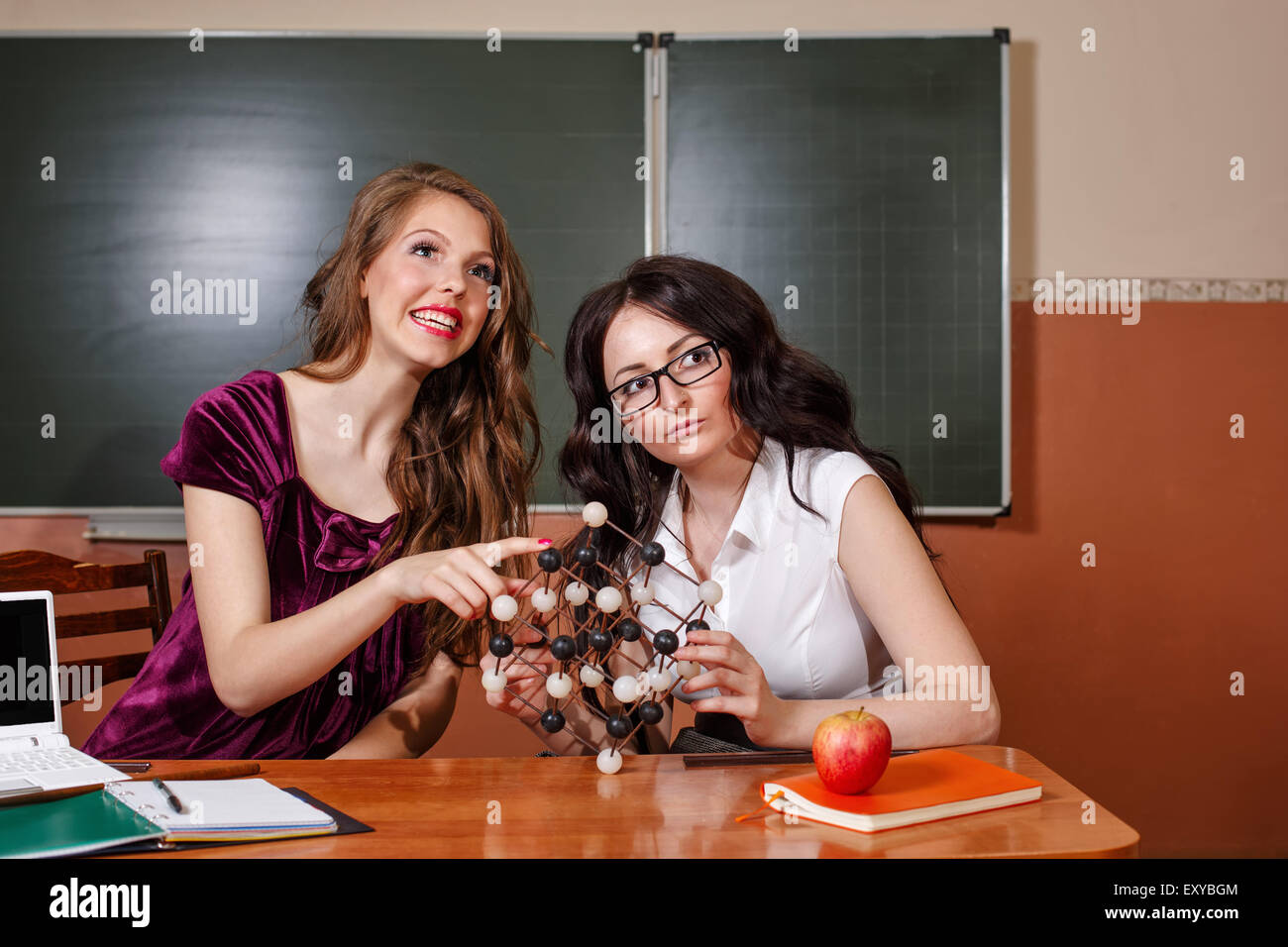 El Profesor Y El Alumno En La Clase De Química El Estudio