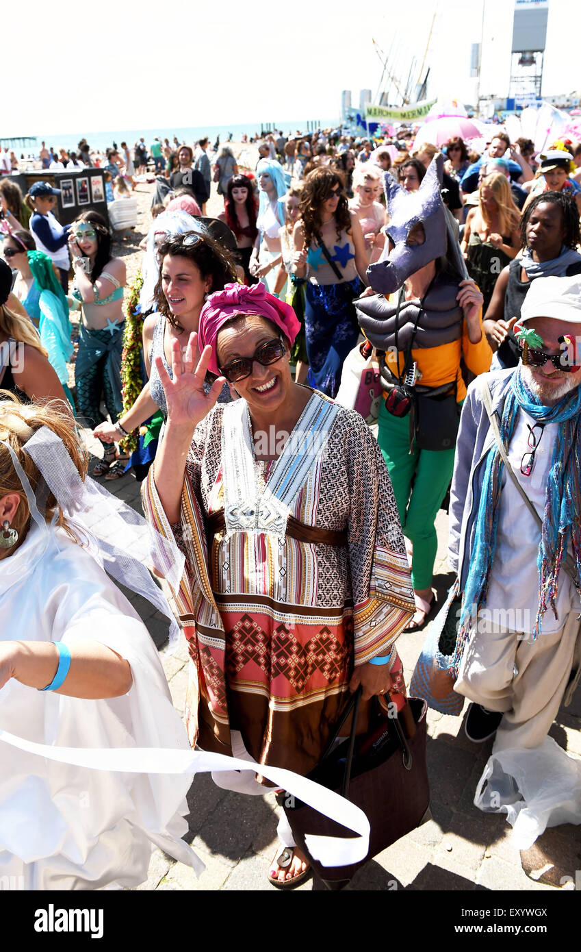 Brighton Reino Unido Sábado 18 de julio de 2015 - Cientos de personas participan en el Desfile de las Sirenas desfilan Brighton Seafront que recauda dinero para la Alianza Mundial de Cetáceos Foto de stock