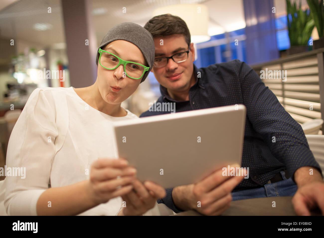 Hombre y mujer infiltrarse mientras realiza selfie Foto de stock