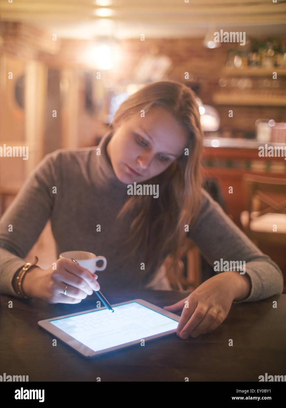 Mujer con Tablet PC y el lápiz en el Café Imagen De Stock
