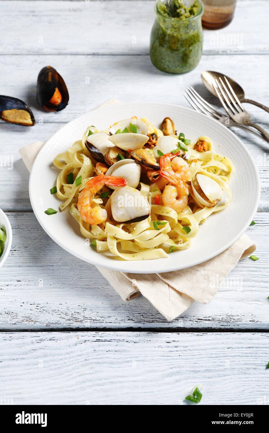 Pasta con camarones y mejillones, los alimentos Foto de stock