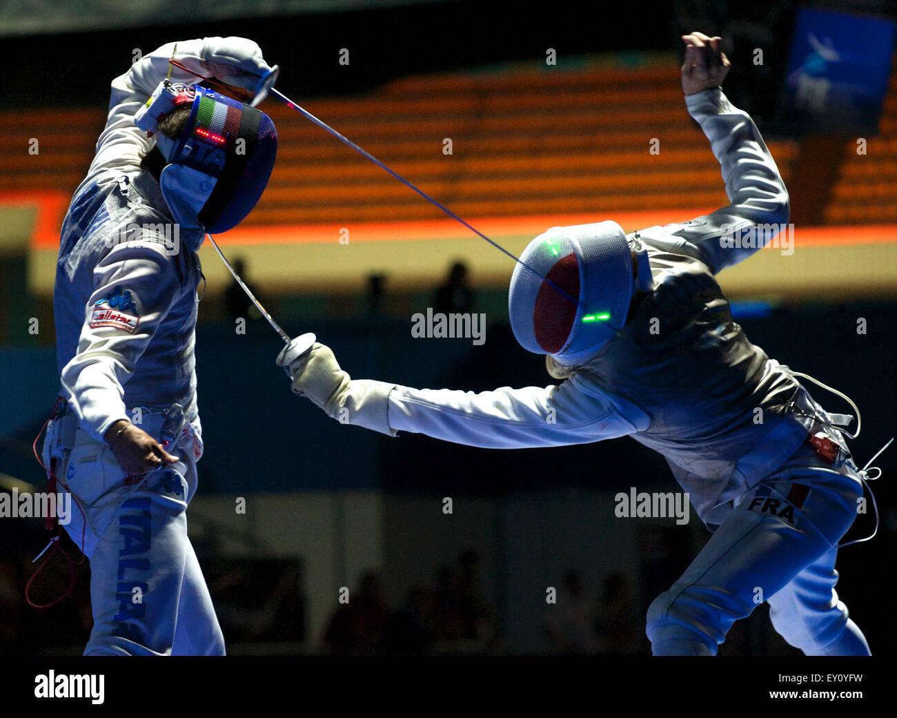 Moscú, Rusia. El 19 de julio de 2015. Andrea Baldini de Italia y CADOT Jeremy de Francia competir durante el Imagen De Stock