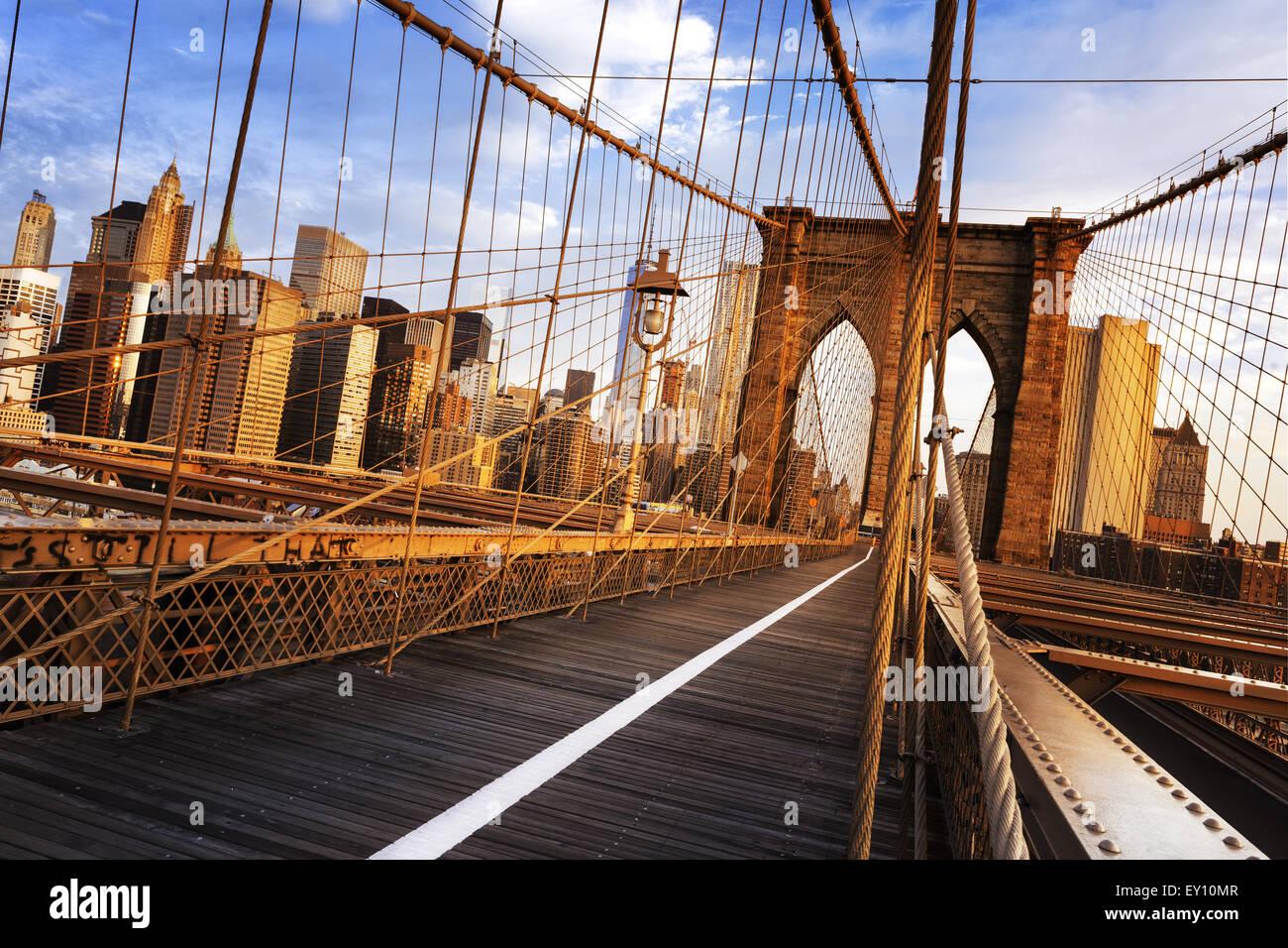 La Ciudad de Nueva York, EE.UU., temprano en la mañana en el famoso Puente de Brooklyn Imagen De Stock