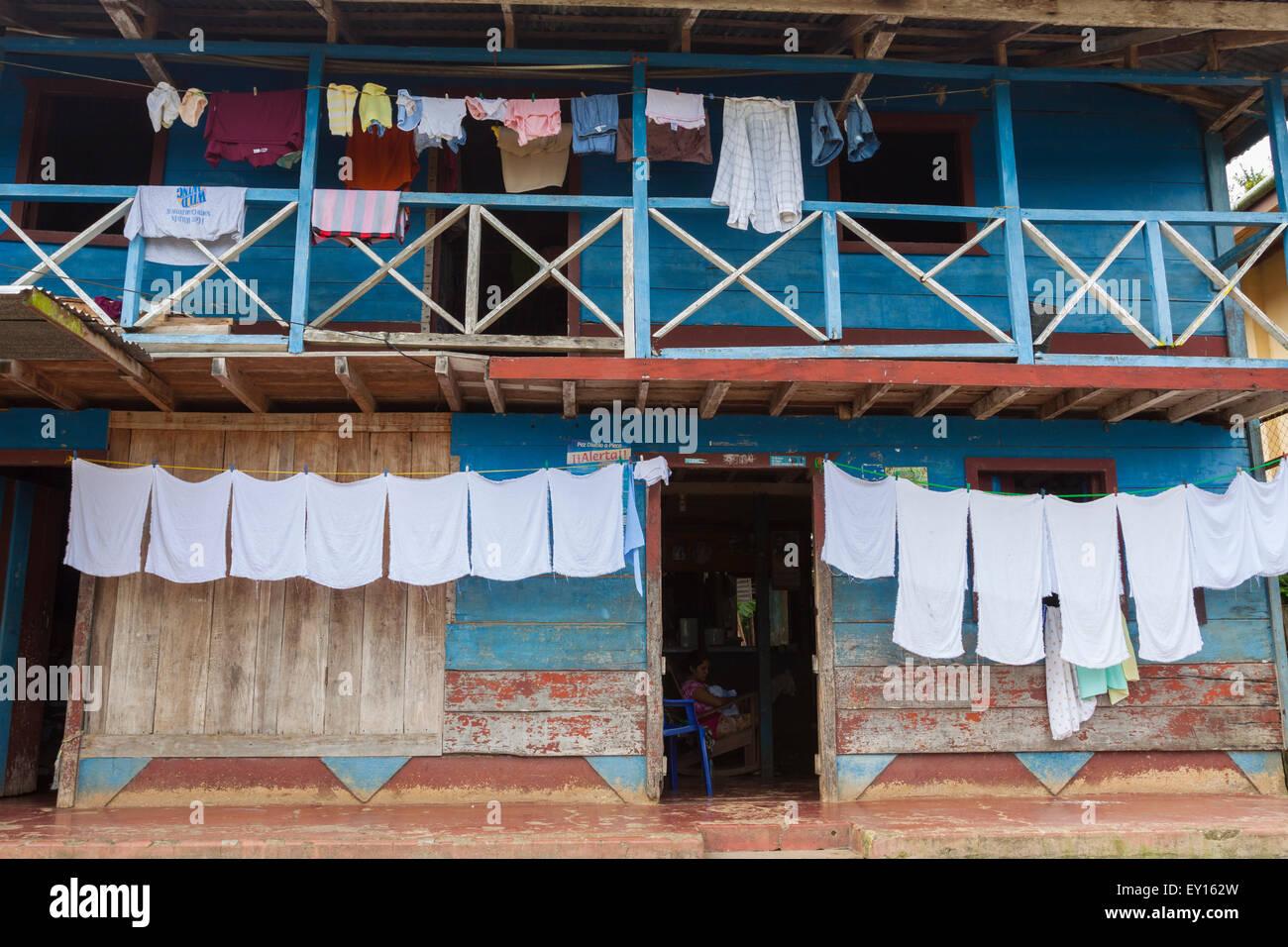 Colgar la ropa para secar fuera una tradicional casa de madera en el Castillo, Nicaragua Foto de stock