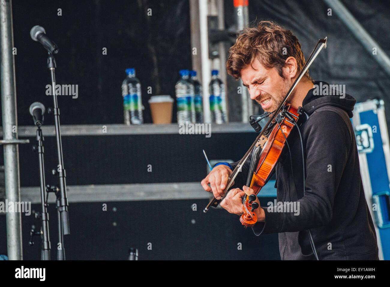 Gateshead, Reino Unido - 18 de julio de 2015 - Marty O'Reilly violinista realiza sobre el escenario al aire Imagen De Stock