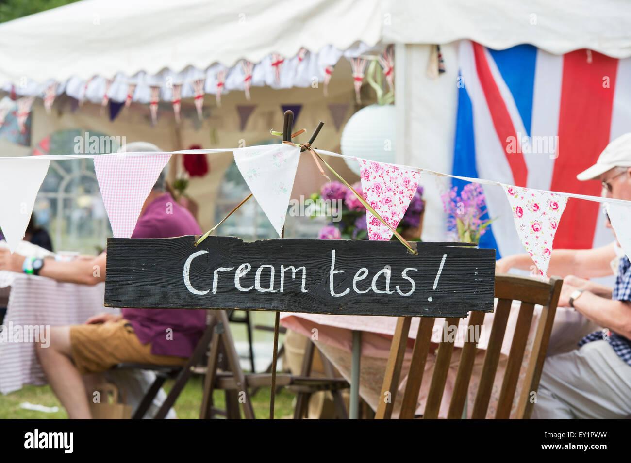 Crema tés de signo en el Thames Festival de Barcos tradicionales, Fawley Meadows, Henley on Thames, Inglaterra Imagen De Stock
