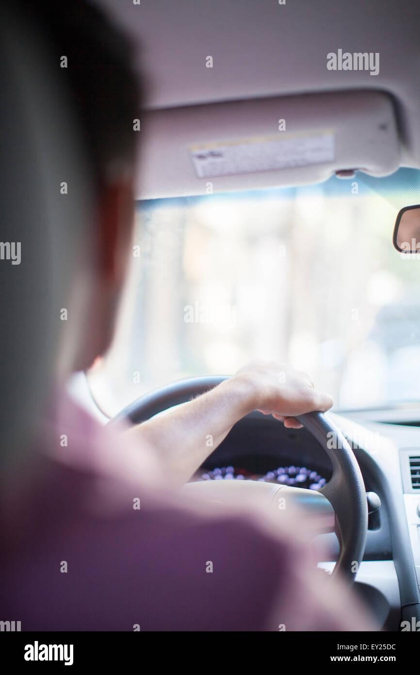 Sobre el hombro vista de joven empresario de coche Imagen De Stock