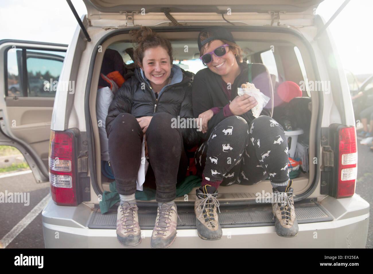 Los senderistas que rompen en la parte trasera del coche, Smith Rock State Park, Oregón, EE.UU. Foto de stock