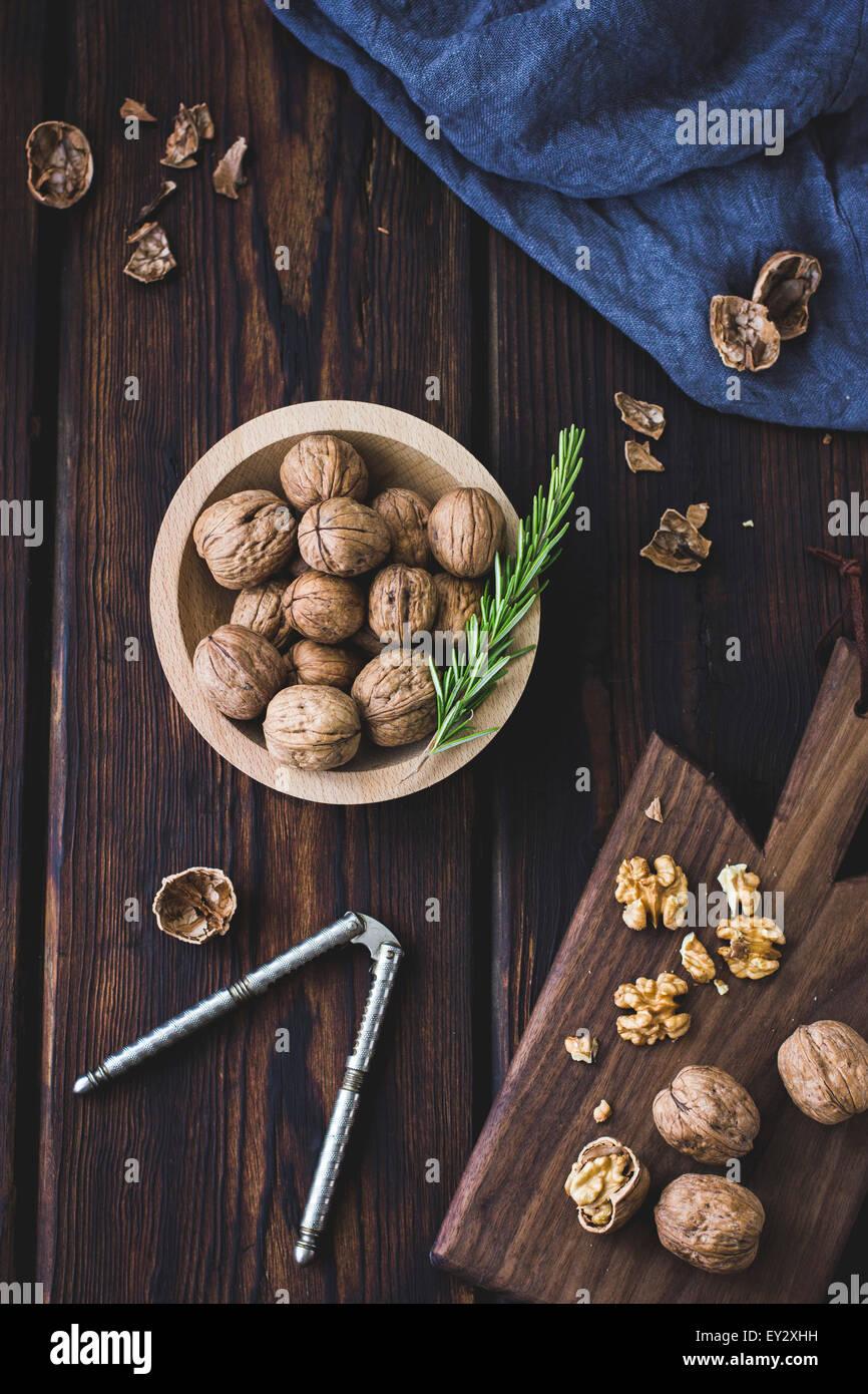 Nueces agrietado en una tabla de cortar. Imagen De Stock