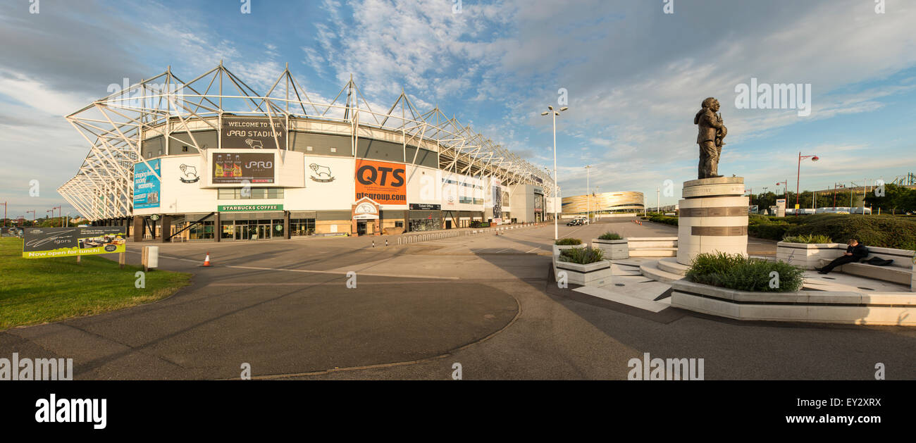 Vista panorámica de Pride Park Stadium y la unidad de la plaza. Estatua en homenaje a Brian Clough y Peter Imagen De Stock