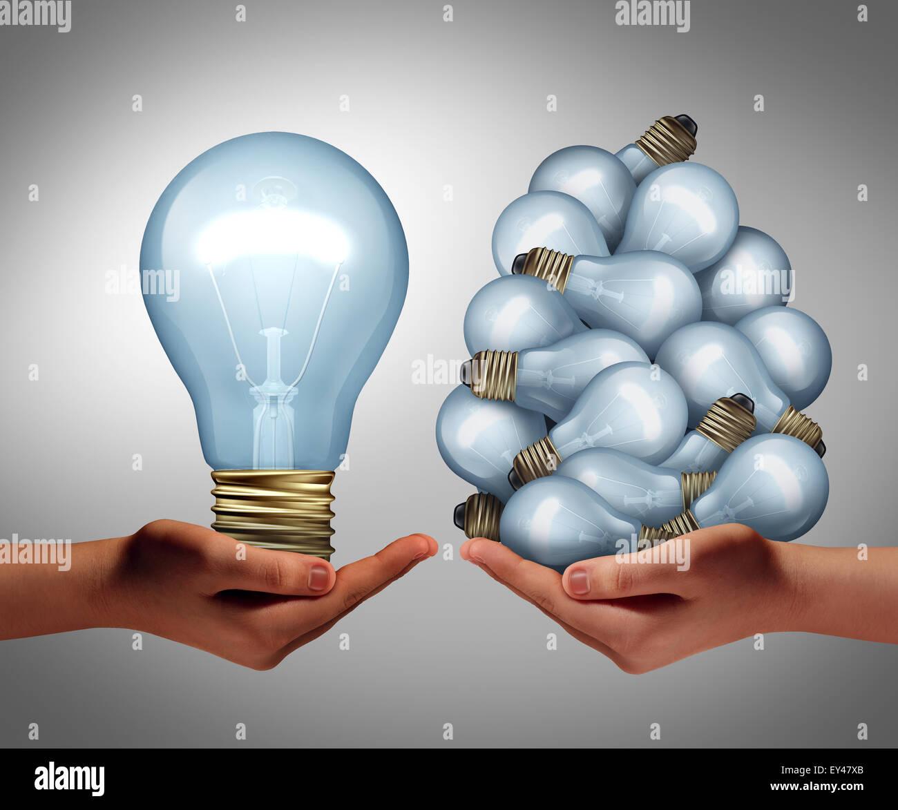 Gran idea concepto como una mano sujetando un gran bombilla y otro holding, un grupo de pequeñas bombillas, Imagen De Stock