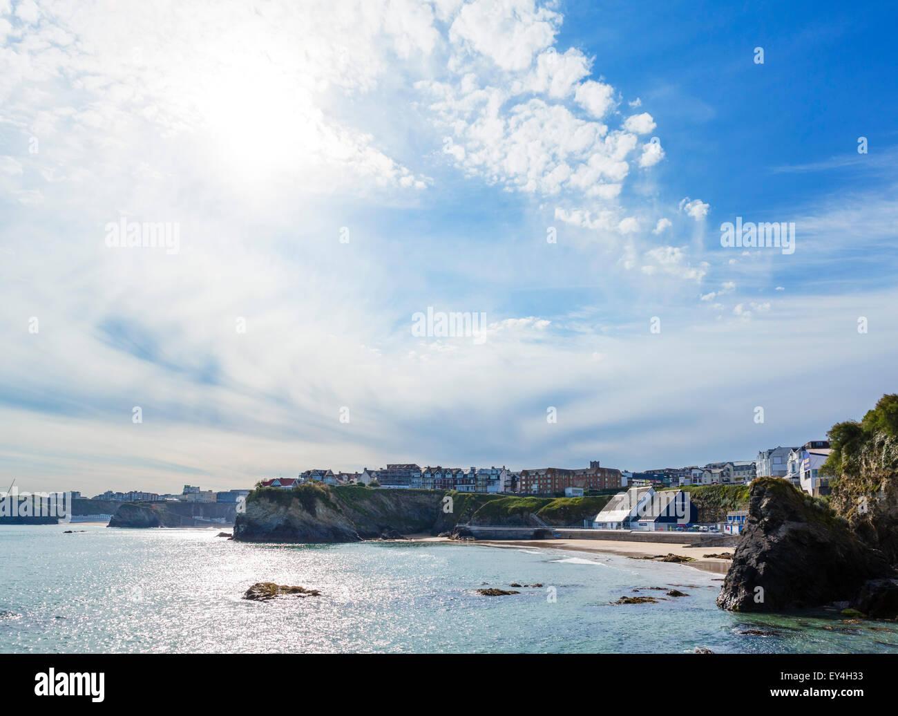 Visto desde la bahía de Newquay harbour mostrando la ciudad y las playas, Newquay, Cornwall, Inglaterra, Reino Imagen De Stock