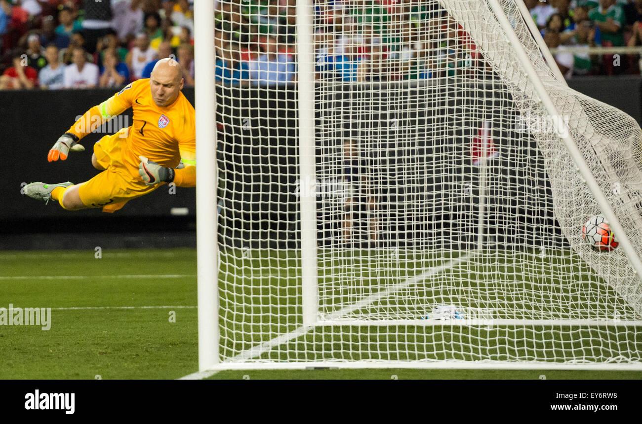 Atlanta, GA, EE.UU. El 22 de julio de 2015. Jamaica el segundo gol un free kick off en #1 USA G Brad Guzan durante Imagen De Stock