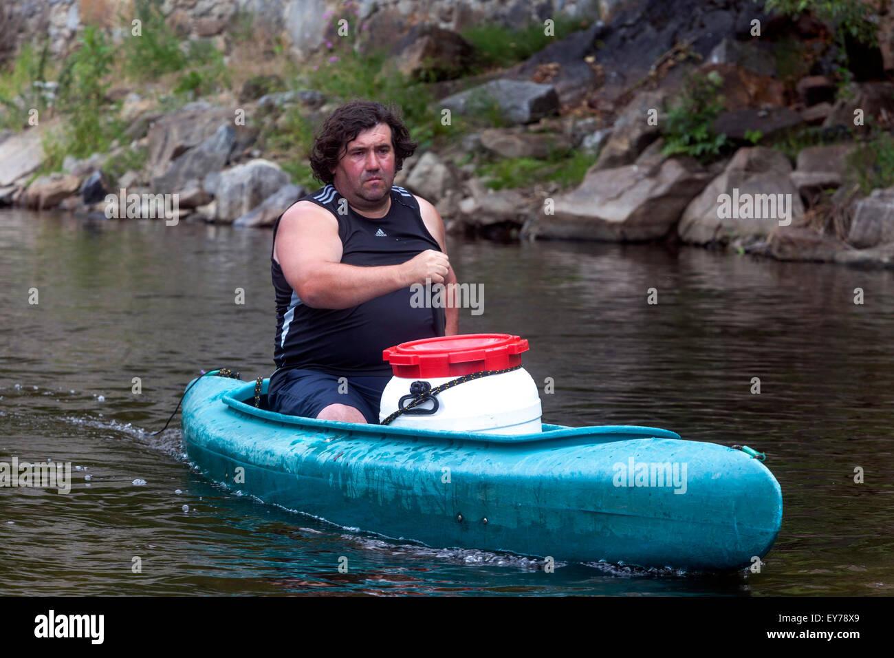 La vida activa hombre canoa río Vltava, viaje en canoa, Sur de Bohemia República Checa Imagen De Stock
