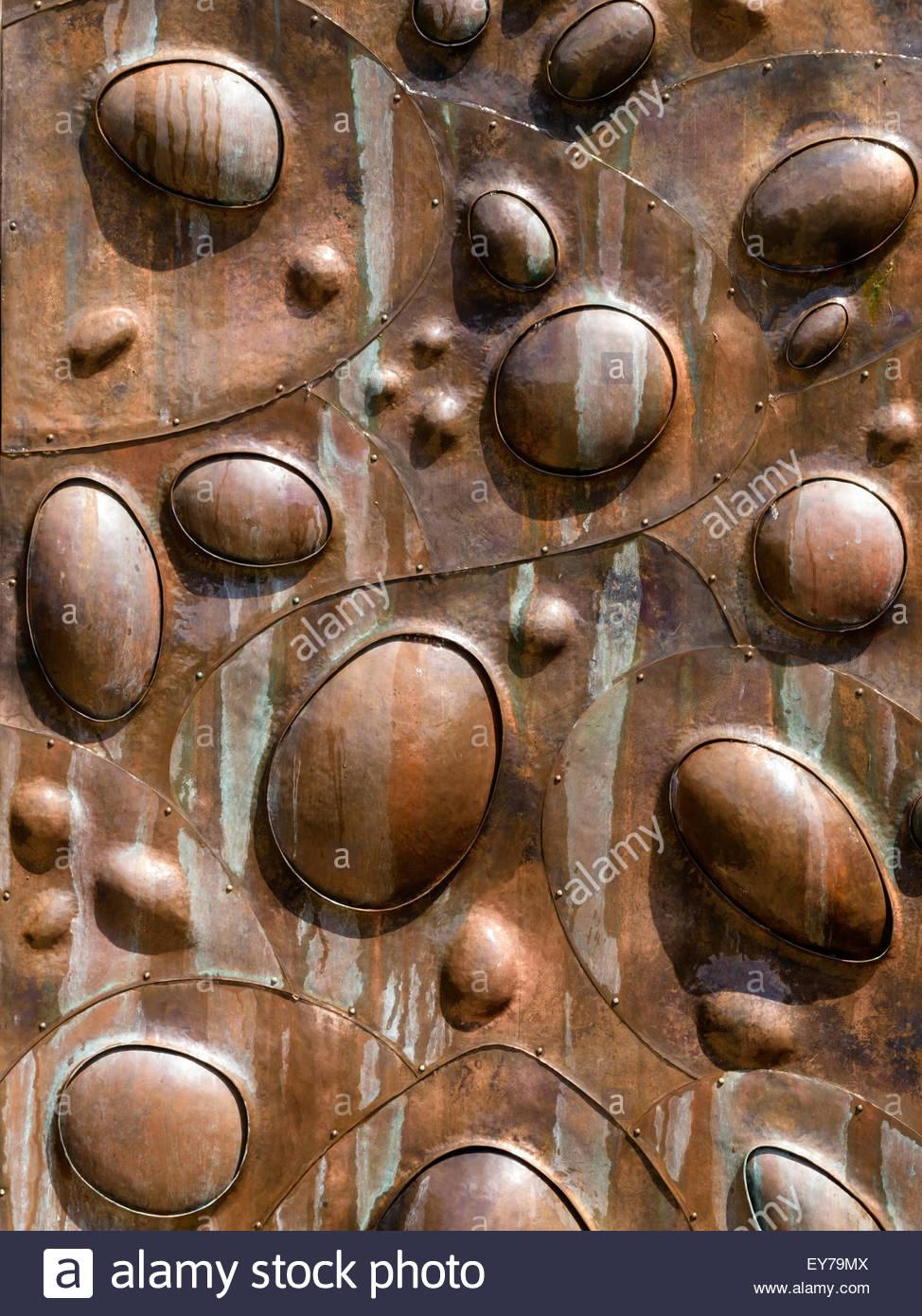 Cara de cobre Wassenberg 'cauce' escultura característica del agua en Rockingham Castle Gardens, Northamptonshire, Imagen De Stock