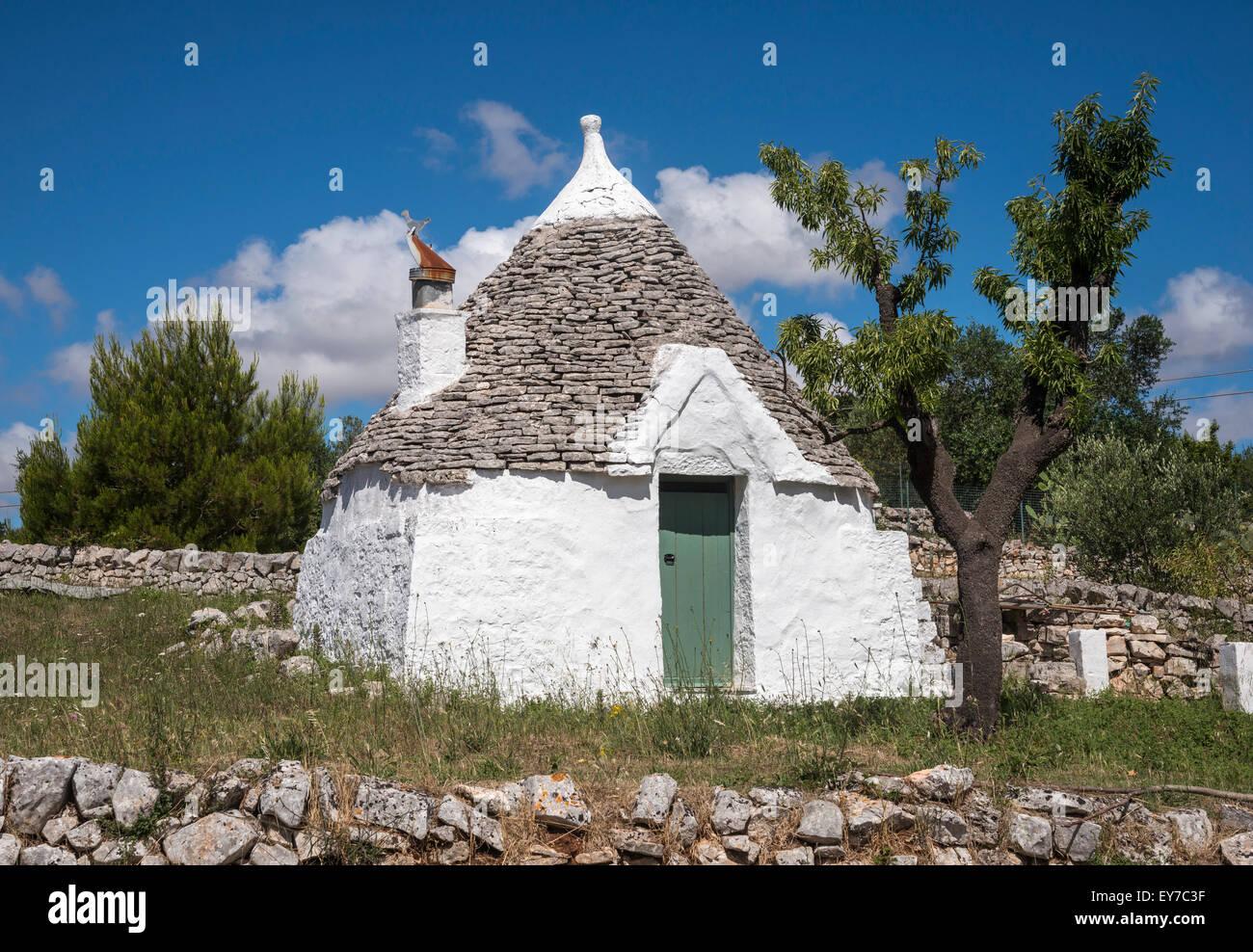 Pequeño edificio cerca de trullo Cisternino, Puglia, Italia. Imagen De Stock