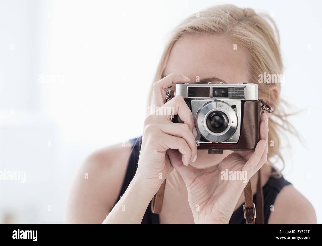 La mujer toma de fotografía con cámara digital Imagen De Stock