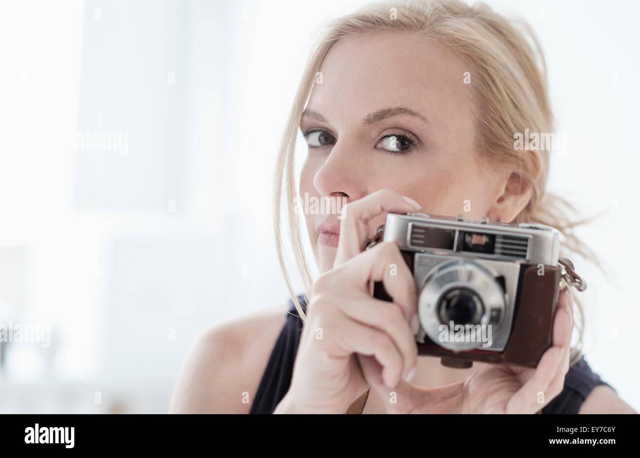 Mujer sosteniendo la cámara digital Imagen De Stock