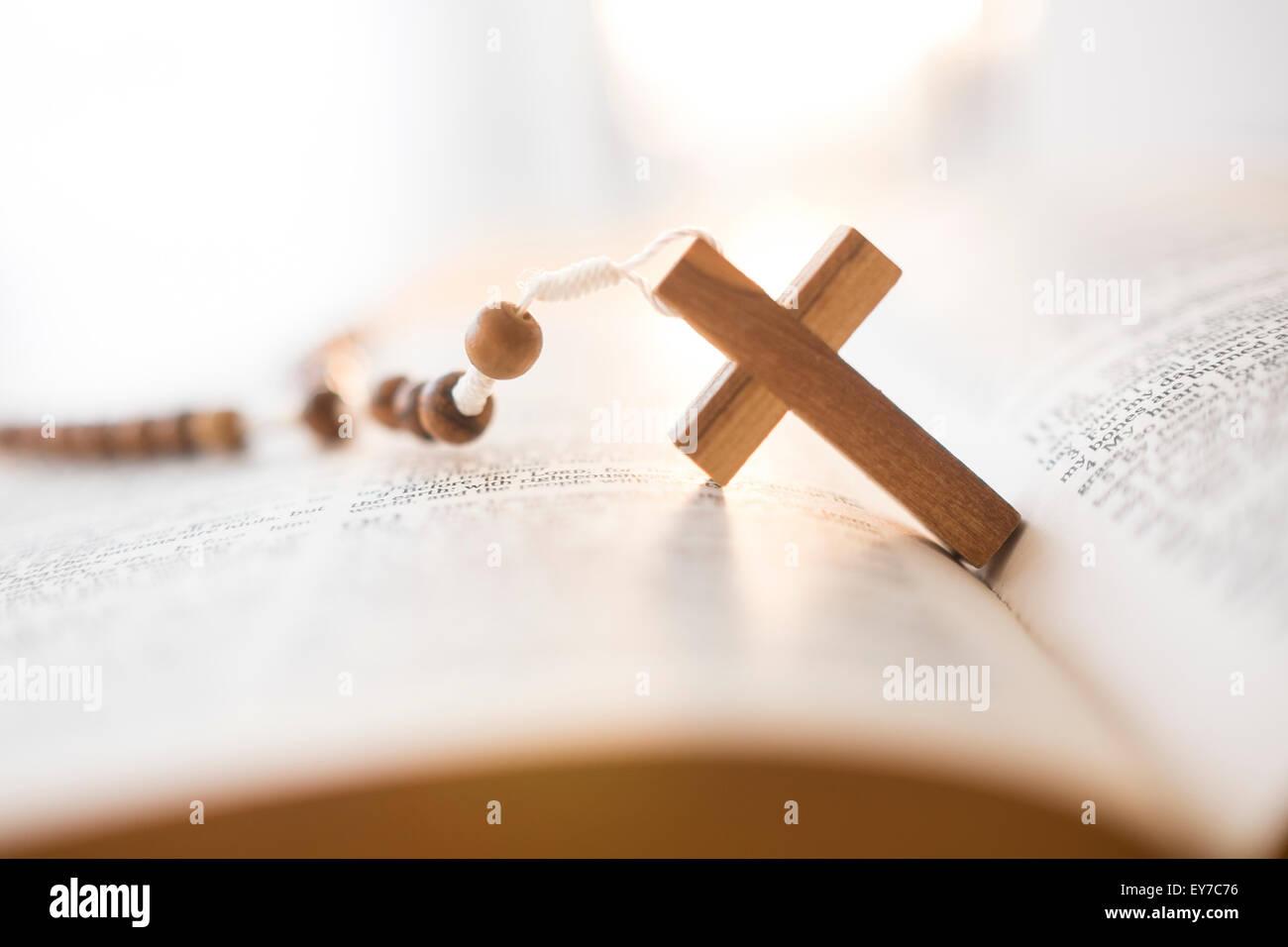 Rosario en Biblia abierta Imagen De Stock