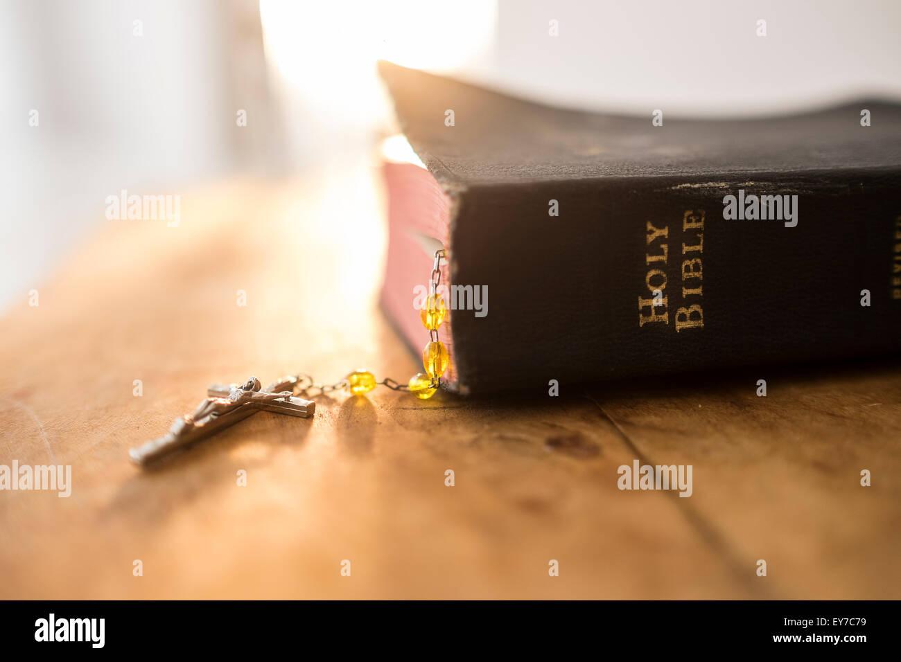Vista de la Biblia y el rosario Imagen De Stock