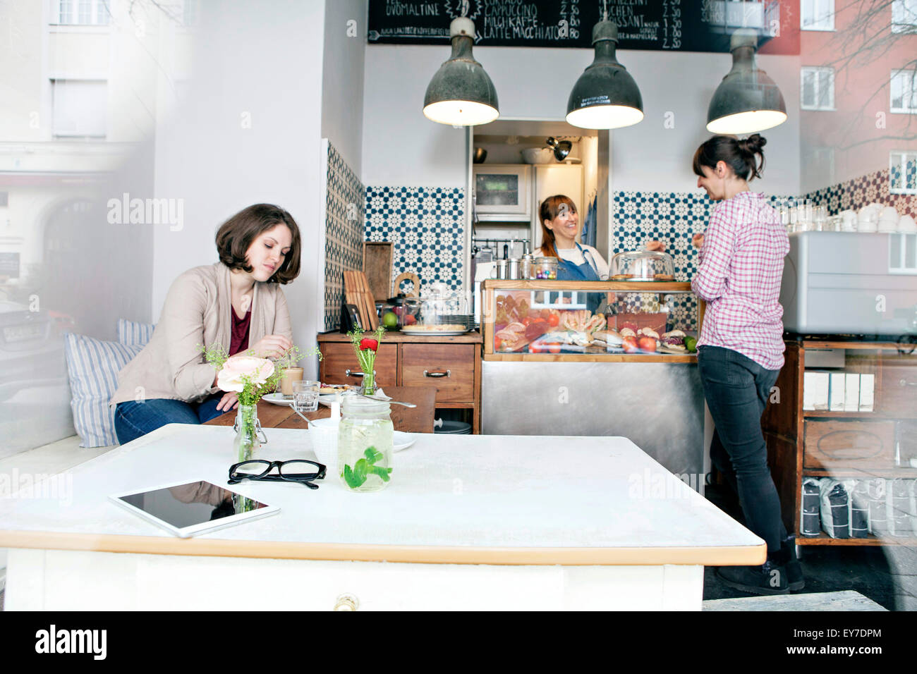 Huéspedes en café Imagen De Stock