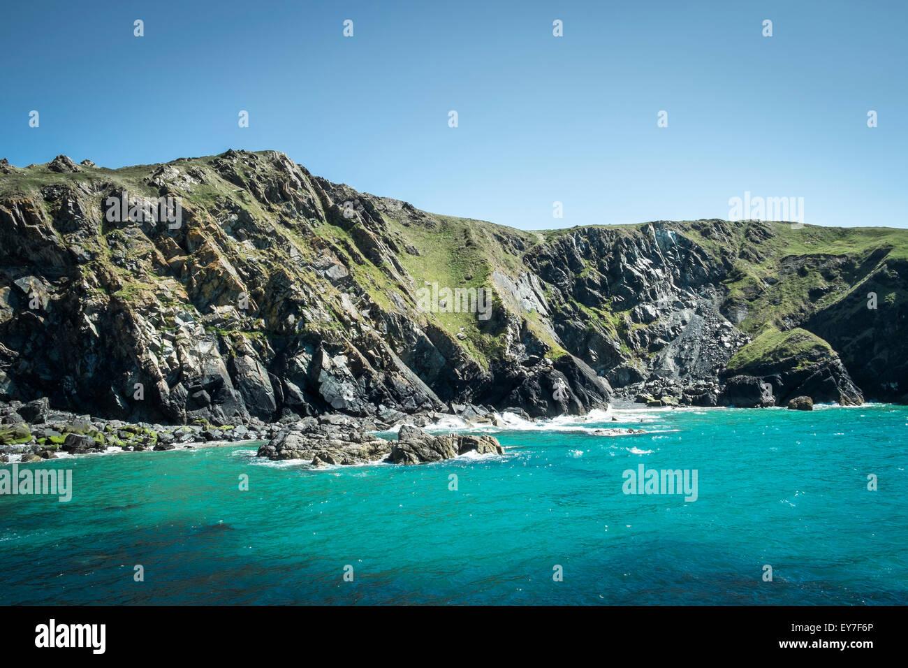 Cabecero y acantilados de Mainel Cove, península de Lizard, Cornwall, Inglaterra, Reino Unido. Imagen De Stock