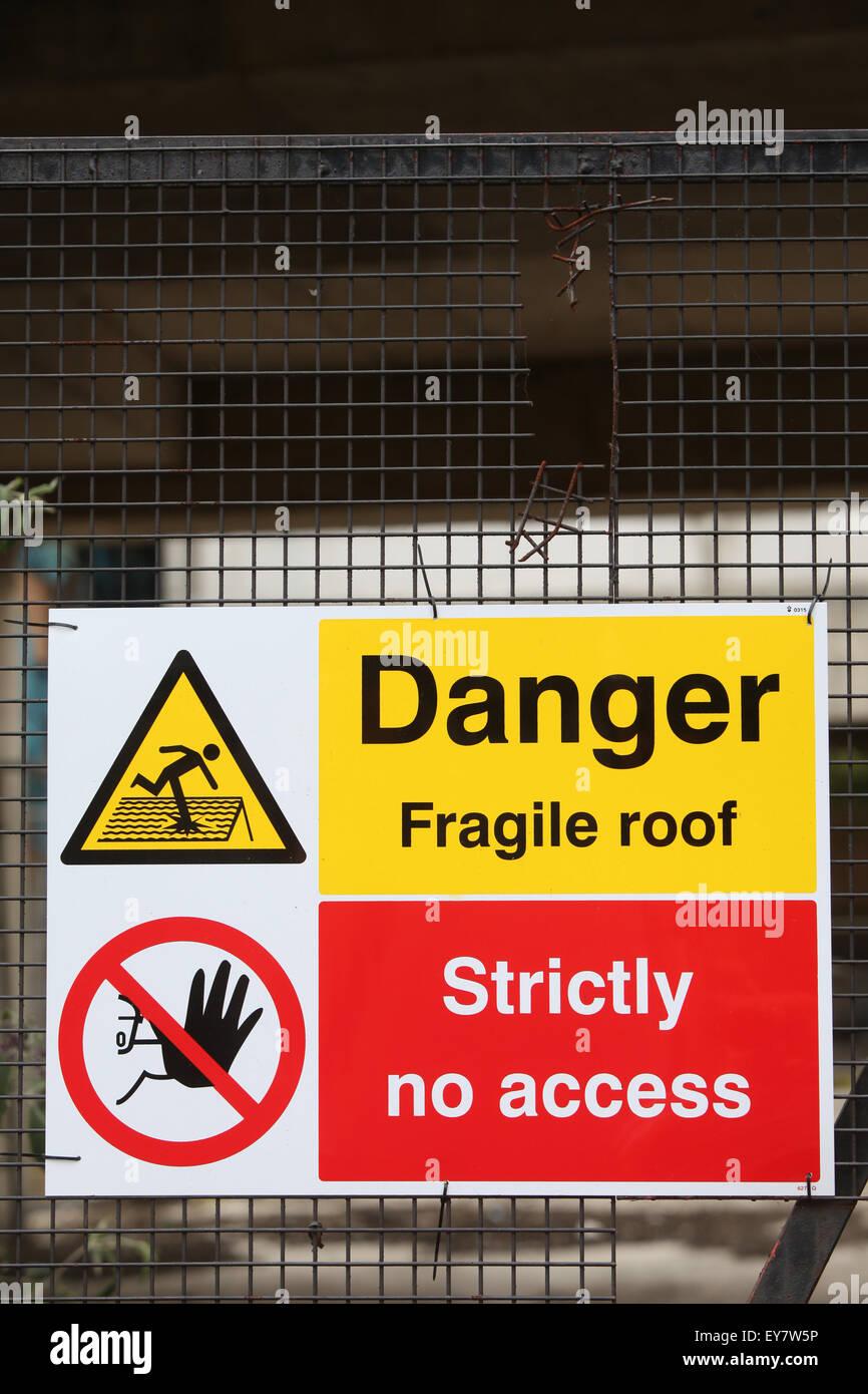 Sitio de construcción señales de seguridad peligro techo frágil estrictamente ningún acceso Imagen De Stock
