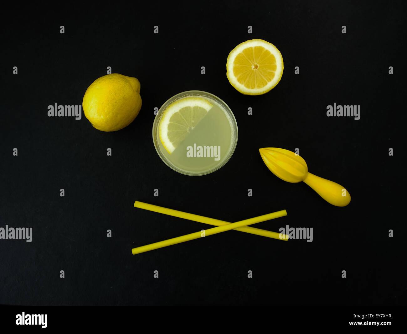 Limonada recién exprimido sobre fondo de pizarra Imagen De Stock