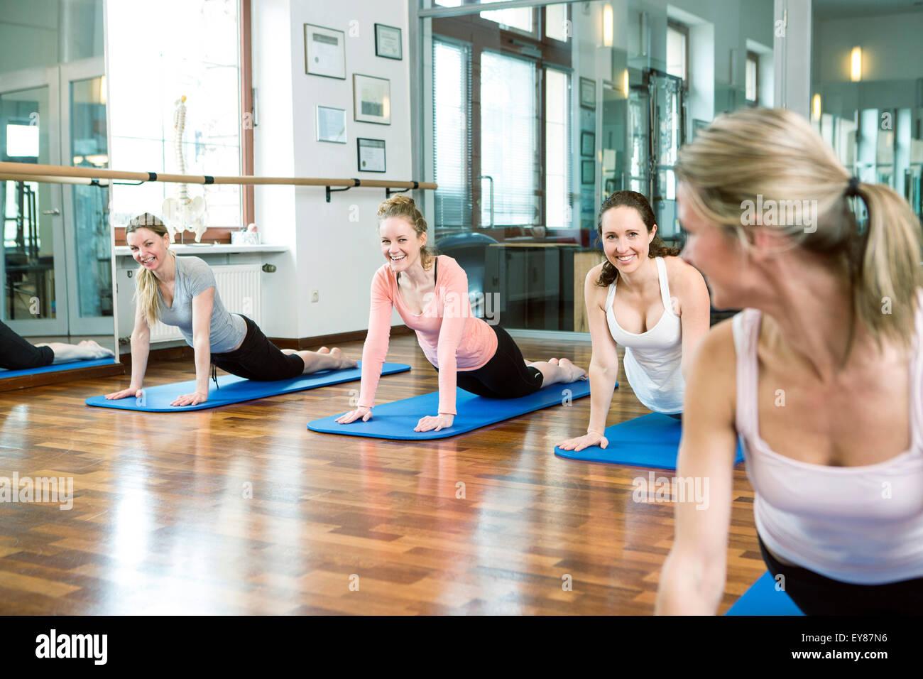Grupo de mujeres haciendo ejercicios de Pilates Imagen De Stock