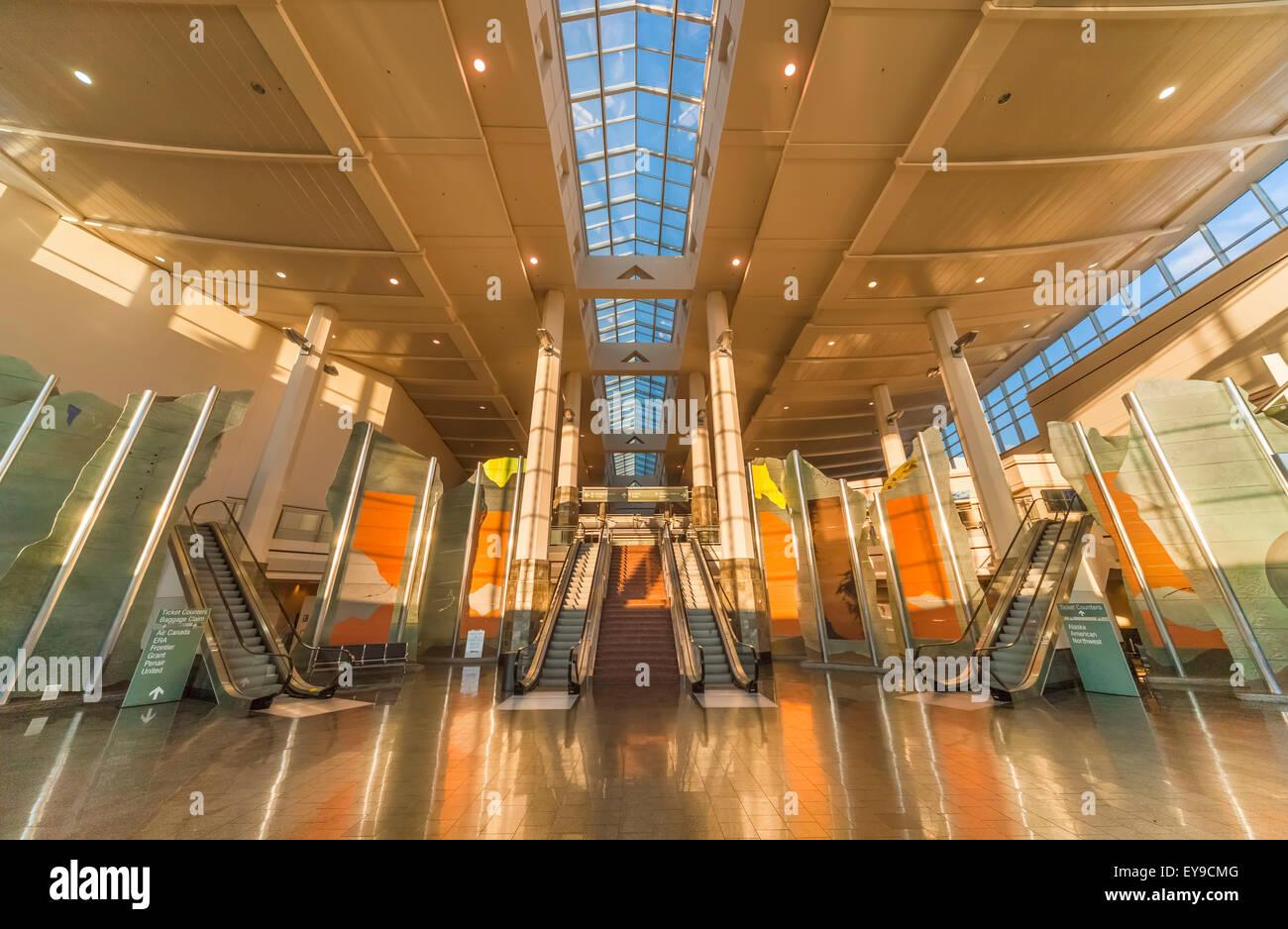 Las Escaleras Mec Nicas Y Instalaciones De Arte En El Ted Stevens Anchorage Aeropuerto