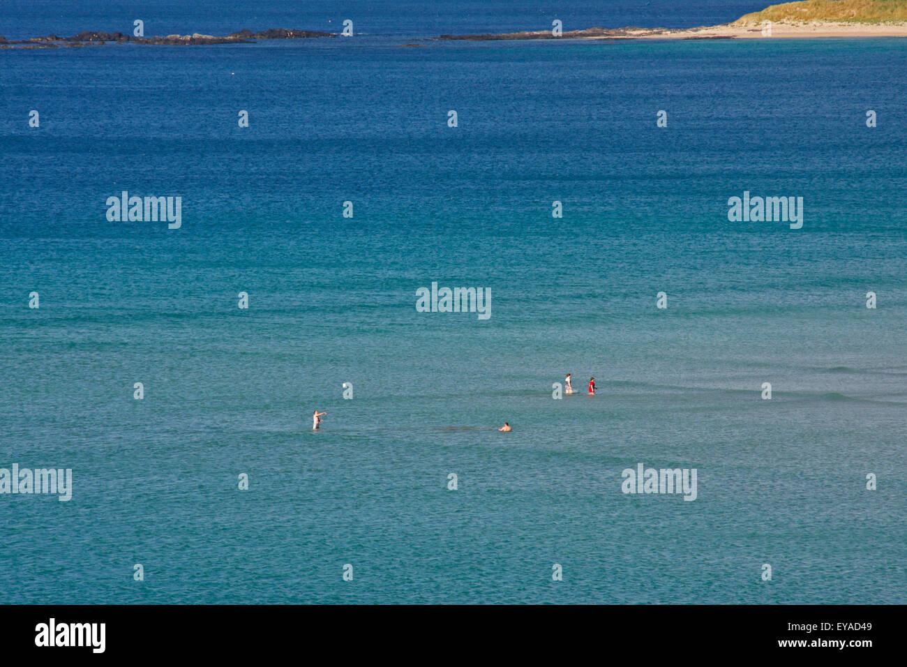 La gente en el agua en Narin Beach emplazado en la popular zona de vacaciones de Sister aldeas Narin y Portnoo; el Condado de Donegal, Irlanda Foto de stock