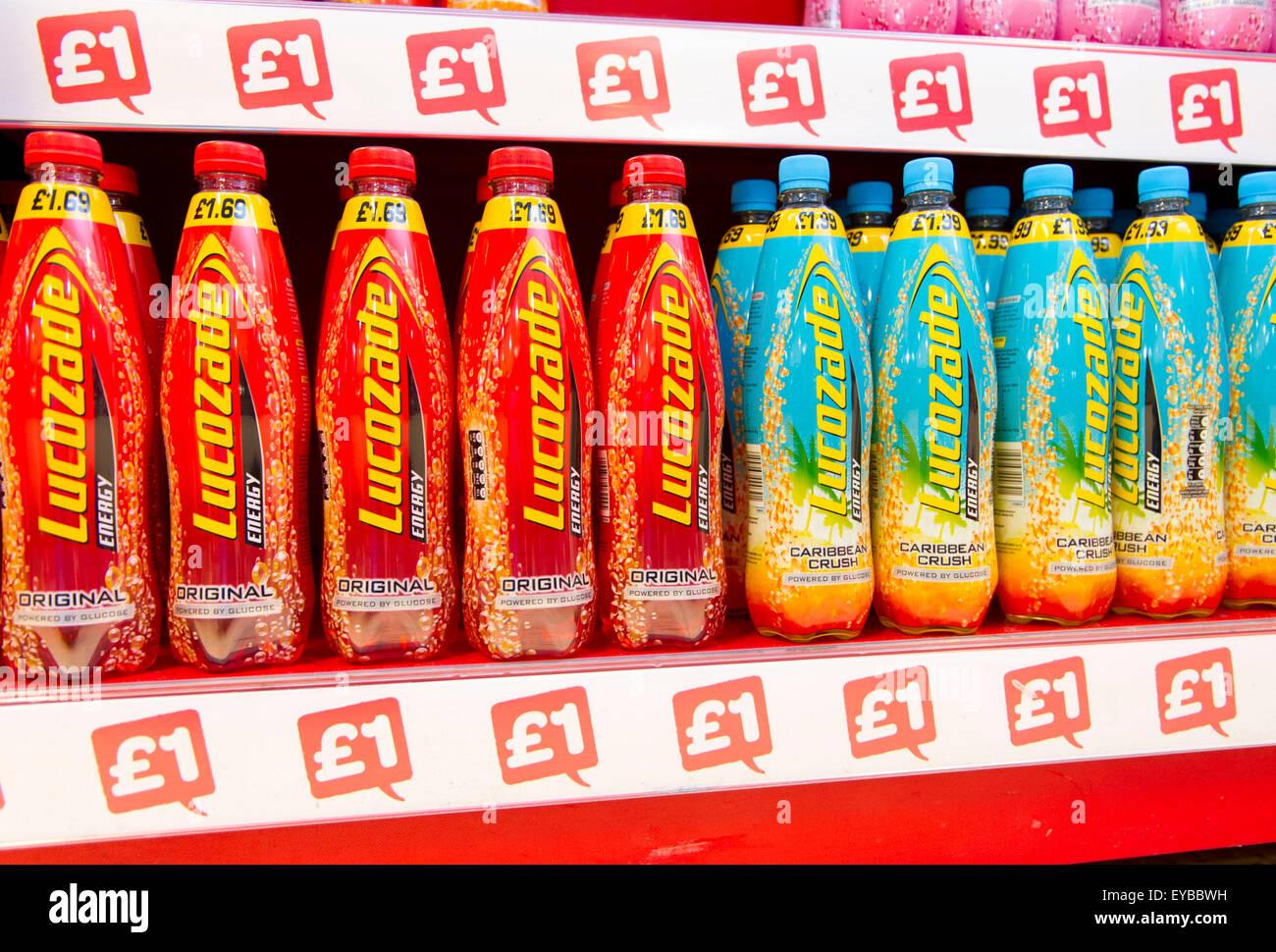 Lucozade bebidas en venta por £1. Los médicos sostienen las bebidas azucaradas, son la principal causa Imagen De Stock