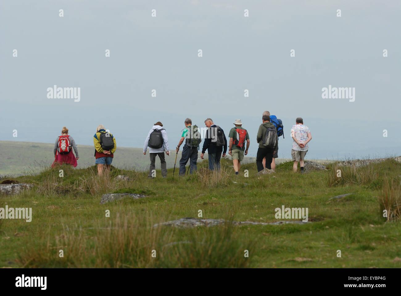 Grupo de excursionistas caminando cerca de Merrivale, parque nacional de Dartmoor, Devon, Reino Unido. Imagen De Stock