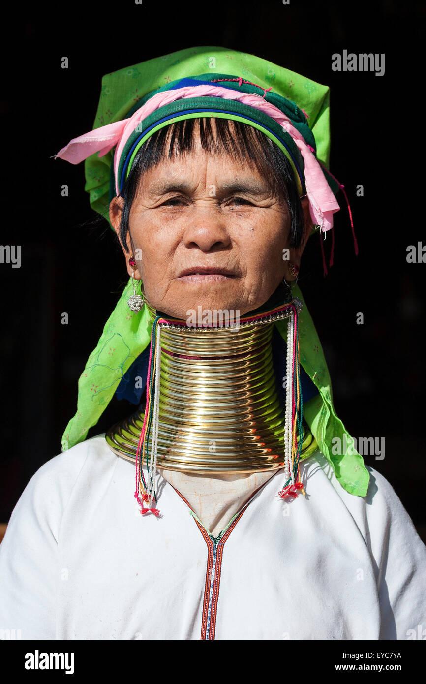 Mujer de la tribu de los Padaung en traje y sombrero típico, collar, retrato, Lago Inle, el Estado de Shan, Myanmar Foto de stock