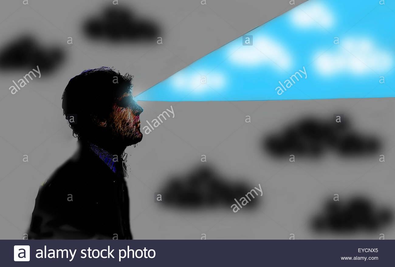 Mirando hacia el futuro empresario con haz de cielo azul Foto de stock