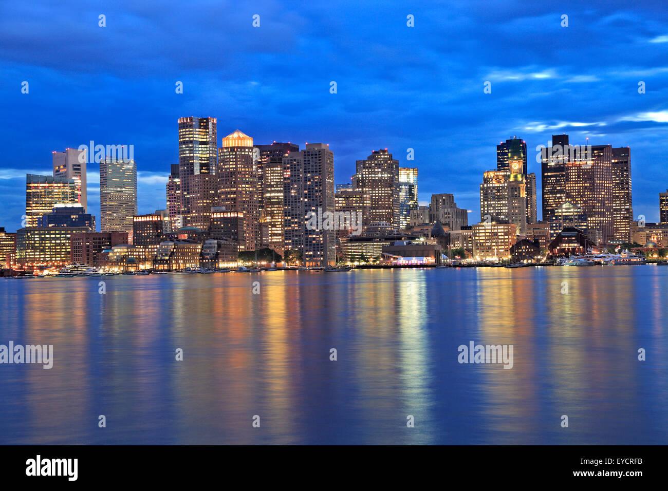 En el crepúsculo del horizonte de Boston, EE.UU. Imagen De Stock