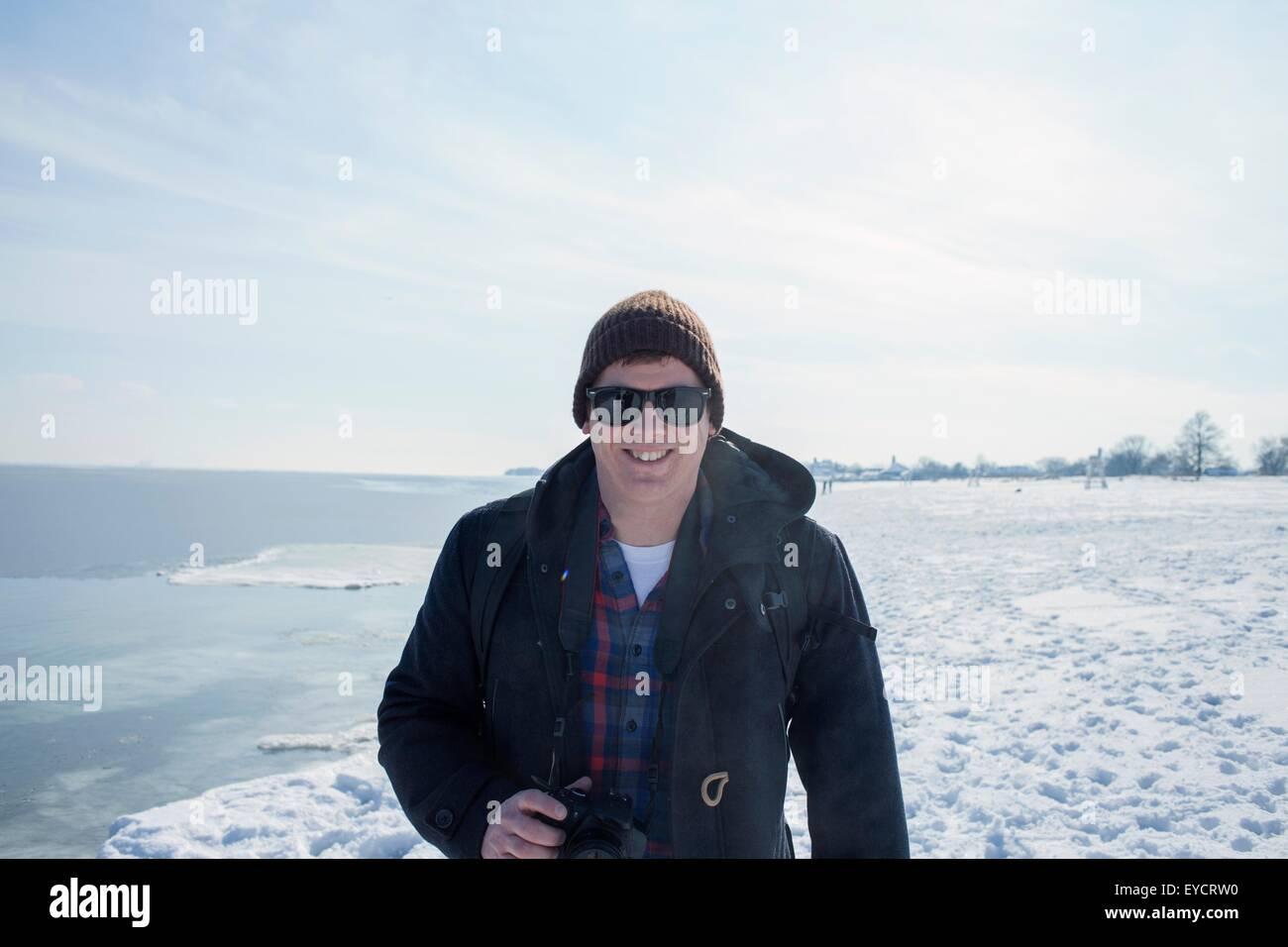 Retrato de un hombre adulto medio contra el telón de fondo nevado Imagen De Stock