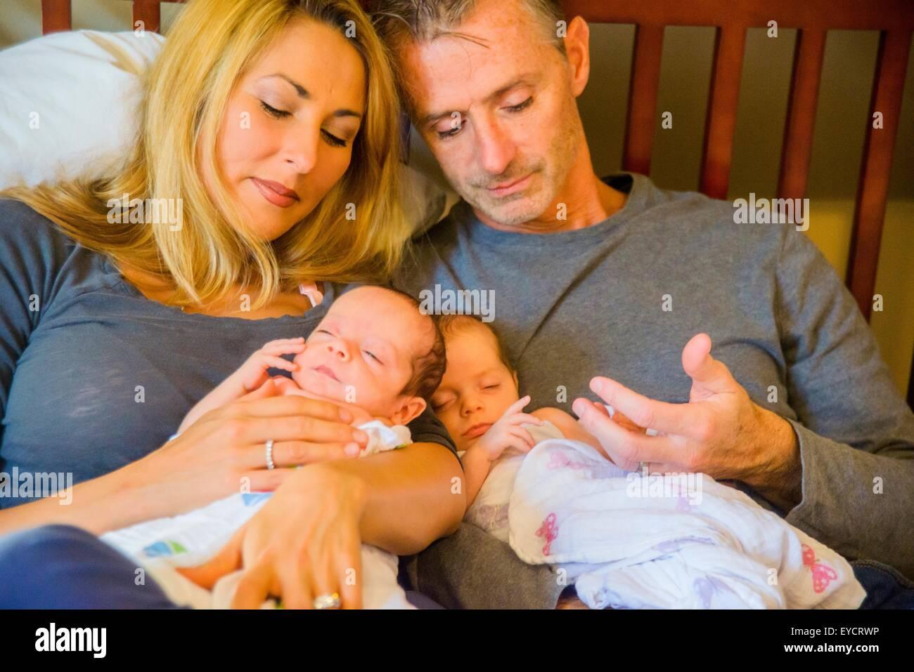 Pareja con dos niñas y un niño recién nacido Imagen De Stock