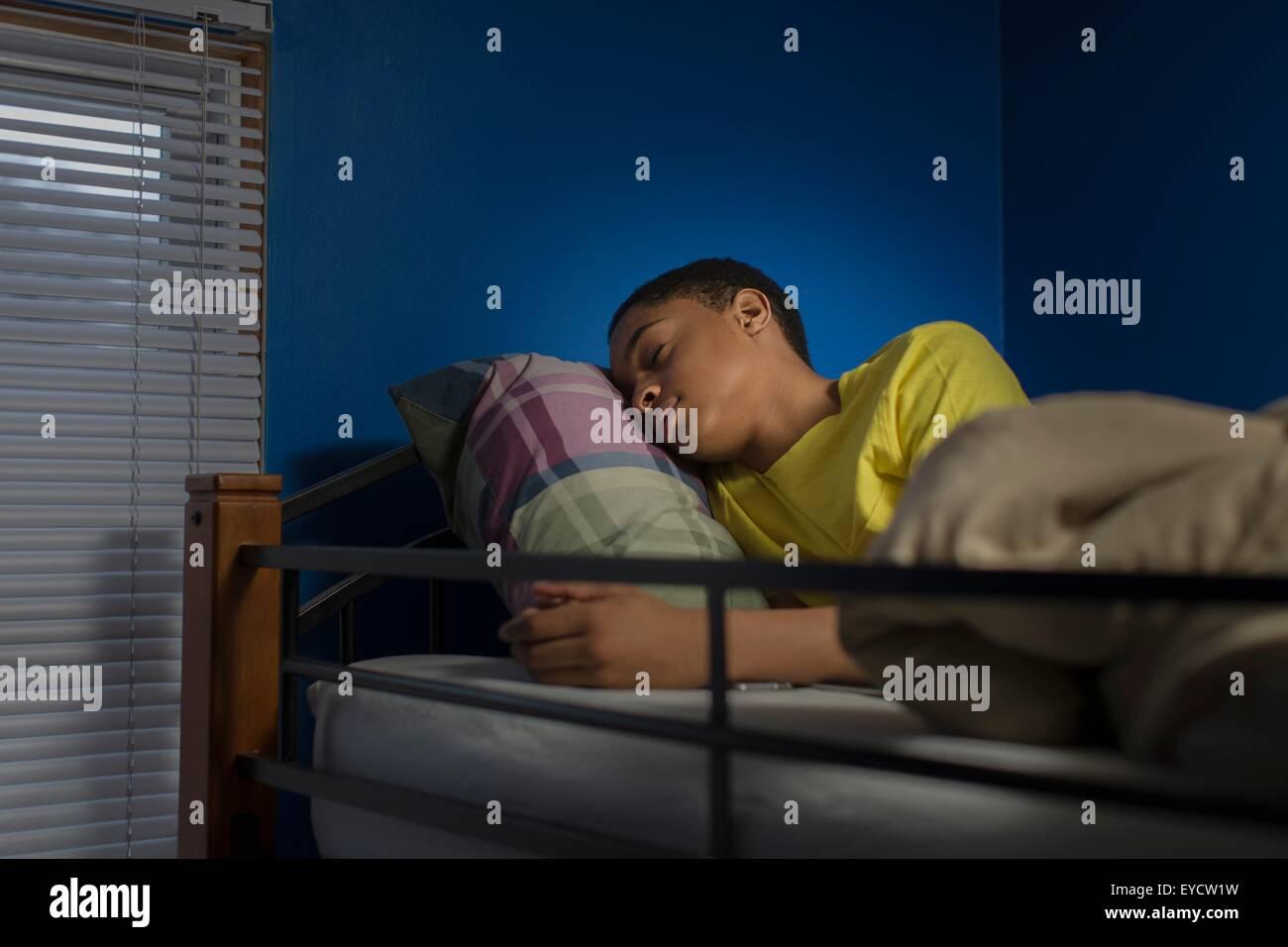 Adolescente durmiendo en litera Imagen De Stock