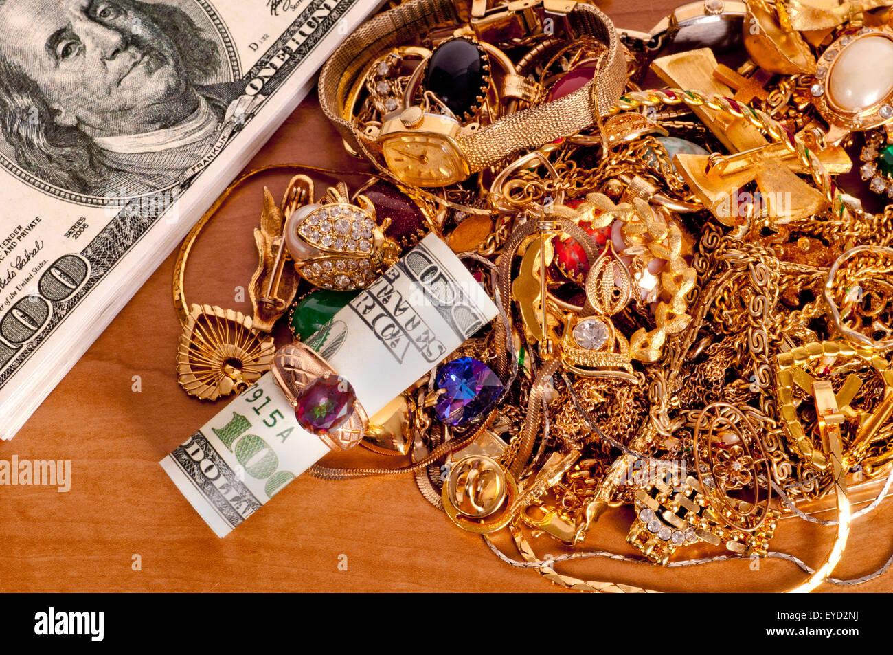 Ganar dinero vendiendo oro chatarra concepto de joyería. Imagen De Stock