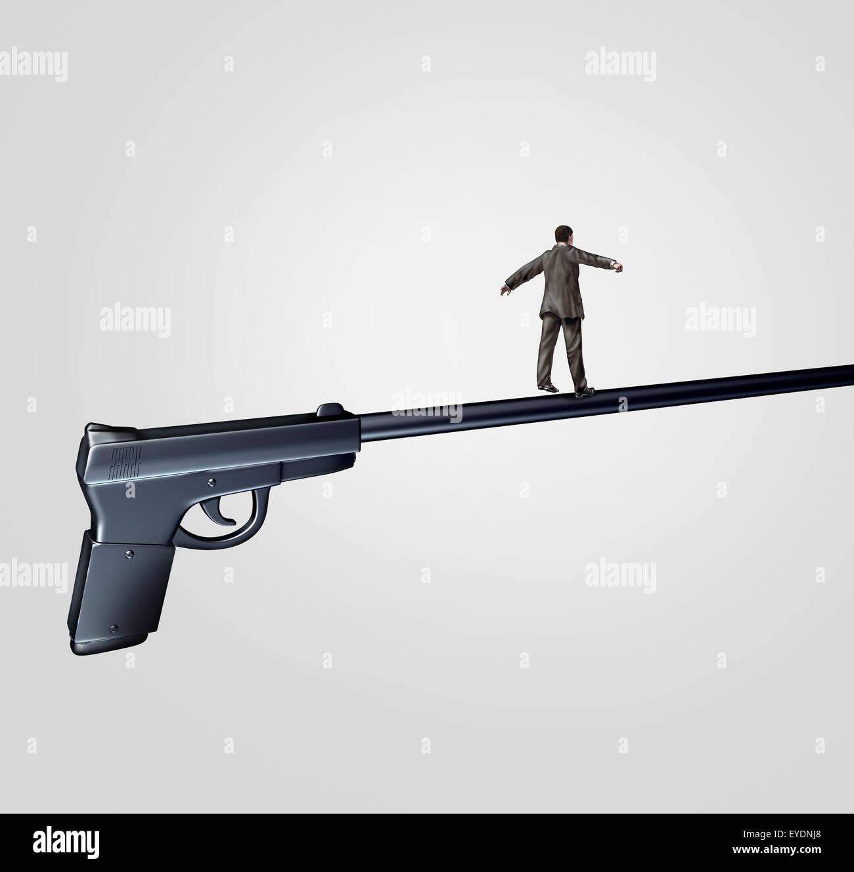 Concepto de riesgo de pistola y arma la cuestión social símbolo como una persona caminando sobre el largo cañón Foto de stock