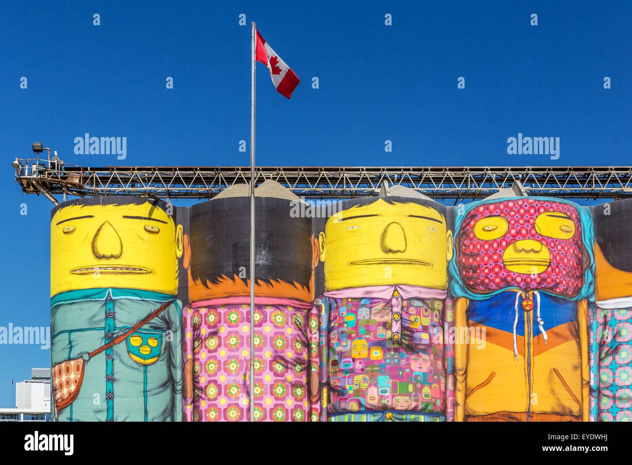 Océano silos de hormigón pintado por Os Gemeos, Granville Island, Vancouver, British Columbia, Canadá Imagen De Stock