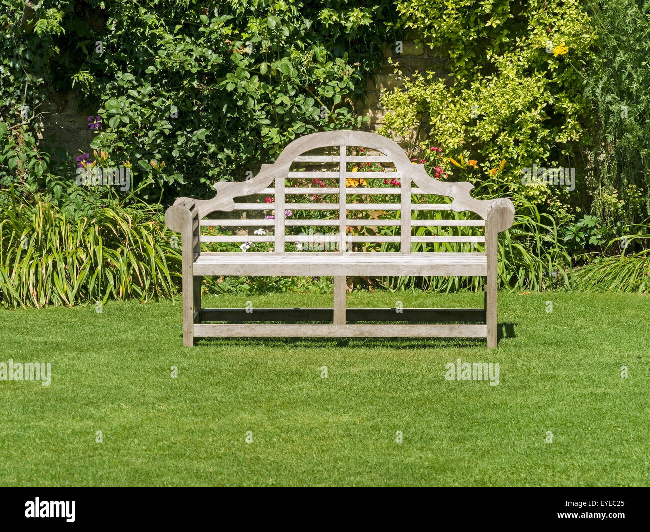 Banqueta de jardín de madera adornados de césped verde, Barnsdale ...